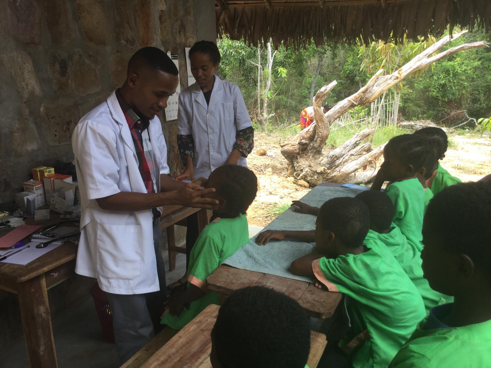 Première visite médicale à Anjanojano pour les élèves de l'école